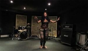 """Ela faz a Dança do Ventre de forma hipnotizante ao som de """"Thunderstruck"""" dos AC/DC!"""