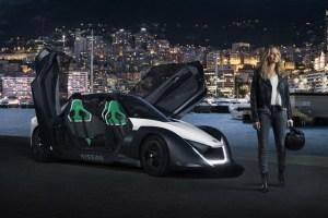 Margot Robbie acelera ao volante do novo Nissan 100% eléctrico