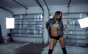 Magga Braco a rapariga do momento a dançar em vídeo de 60 frames por segundo. Que beleza!