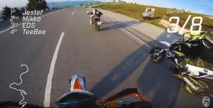 Jovens divertem-se em corrida de mota onde não é permitido acelerar!