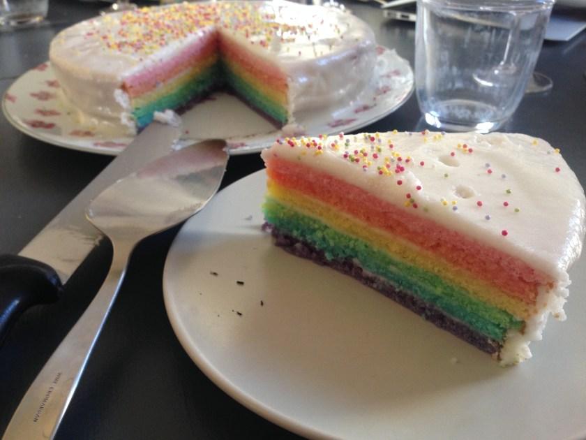 Gâteau avec des couches superposées de couleurs de l'arc-en-ciel