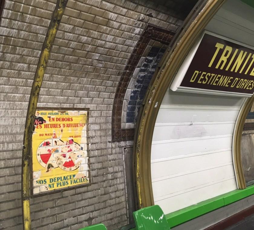 L'actuelle station est en rénovation, sous les vestiges ils ont mis en avant les vieilles affiches des années 50 du métro Trinité d'Estienne d'Orves