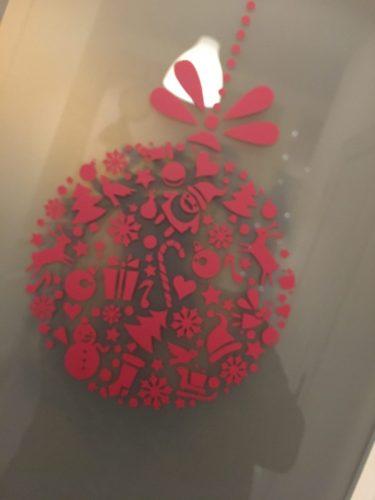 Sticker en forme de boule de noël avec tous les éléments représentatifs de Noël