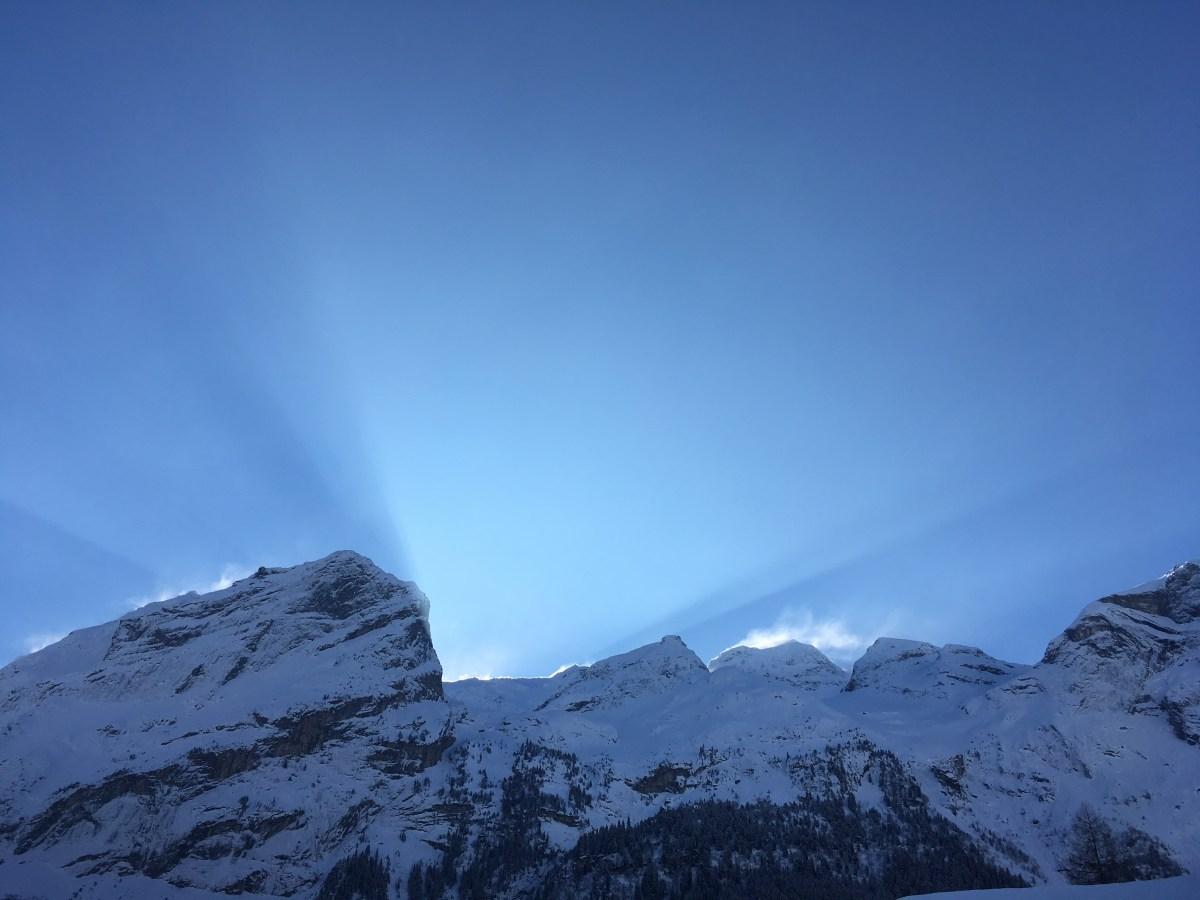 Aperçu des rayons du soleil malgré la montagne