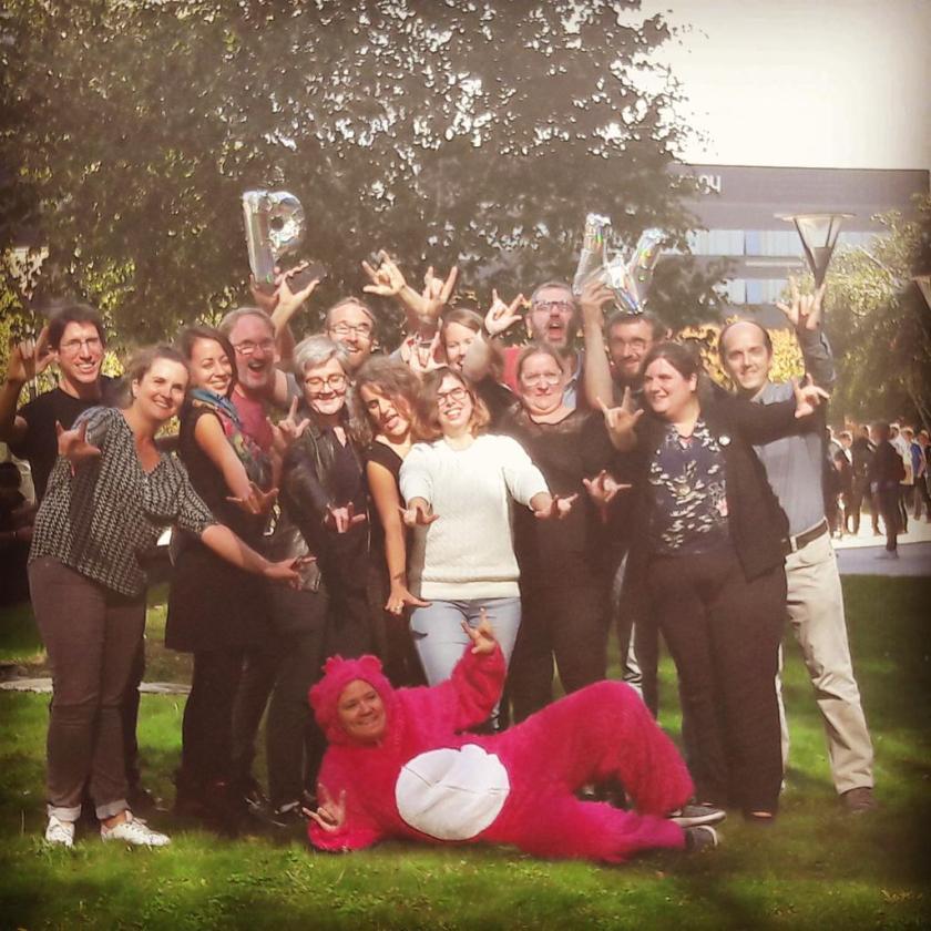groupe de personnes avec moi déguisée en bisounours rose