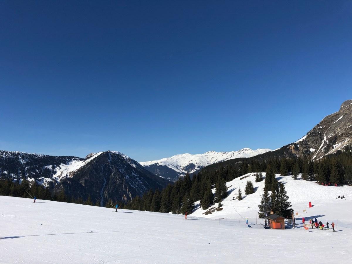Vue depuis le mont Bochor vers les 3 vallées, ciel bleu, montagnes recouvertes de neige