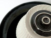 Détails, vase boîte, gravée, émail blanc et 'gouttes d'huile', 15 cm x 15 cm.