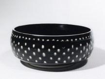 Plat porcelaine, émail 'tenmoku', pois blancs. 20 cm x 7 cm.
