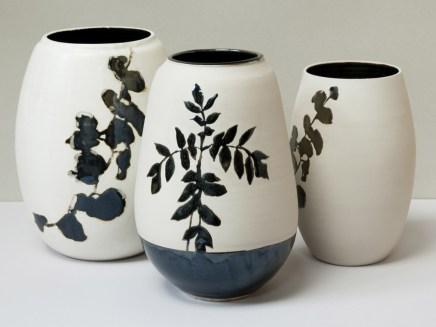 """Hommage à Kelly Ellsworth, vases grès porcelainique, 23 cm x 12 cm, émail """"gouttes d'huile"""", branche et ronces."""