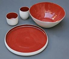 Assiette, saladier et tasses, émail 'kaki', porcelaine.