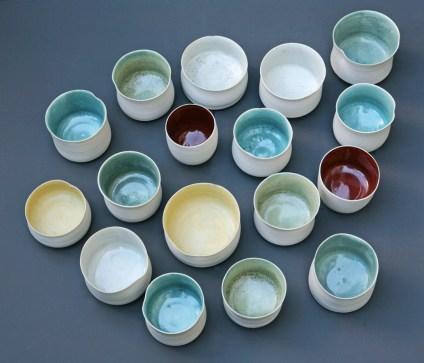 Tasses, 6 cm x 5 cm, émaux multicolores.