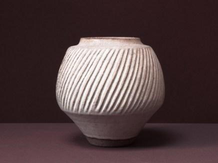 Hommage à Lucie Rie, vase gravé, 21 cm x 21 cm sur terre grès d'Irak.
