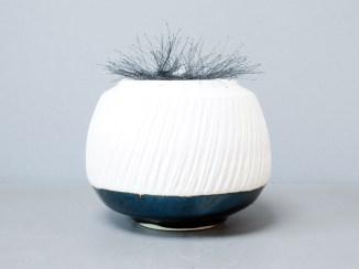 Boîte en porcelaine, 18 cm x 20 cm, gaudronnée et brodée.