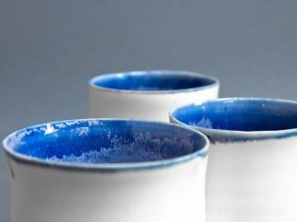 Tasses porcelaine, émail intérieur bleu et extérieur blanc, 7,5 x 7 cm.