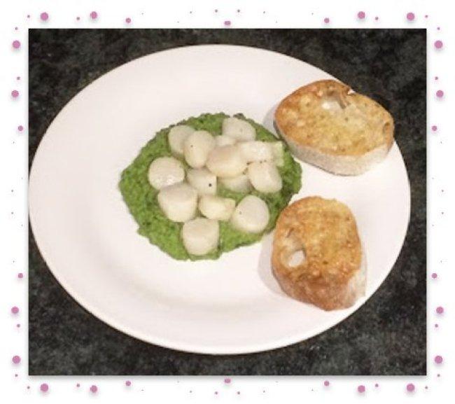 Scallops framed with garlic bread