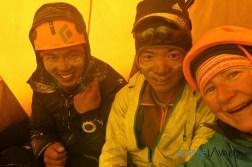 Chhepal Nupu et Sophie en attendant la fin de la tempête au Camp 1
