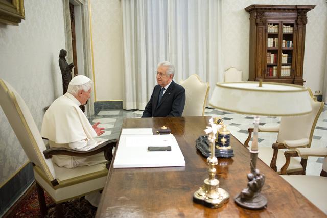 Benedicto XVI con el primer ministro italiano Mario Monti