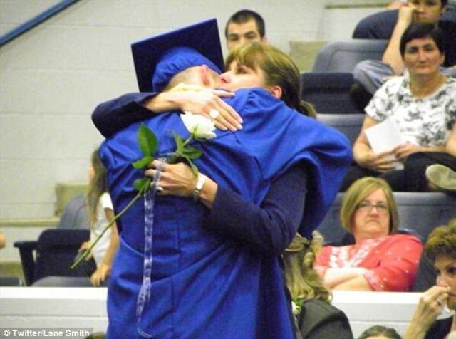 Una madre orgullosa abrazando a su hijo el día de su graduación