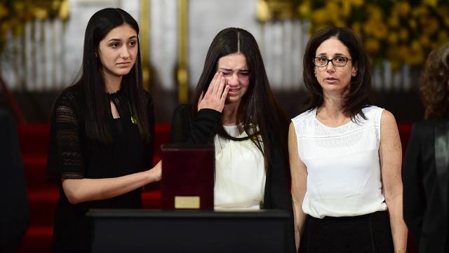 los-familiares-del-premiado-escritor-colombiano-lloran-durante-el-evento