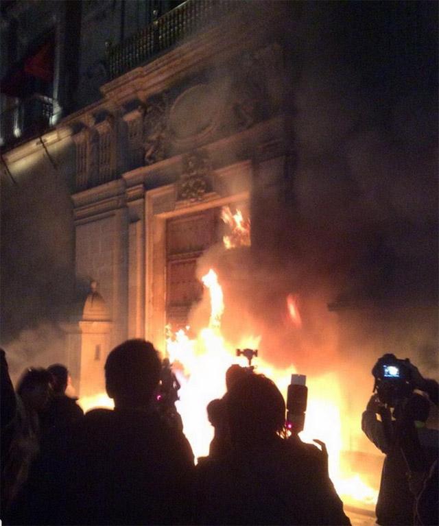 Fuego-Puerta-Palacio-Nacional-3