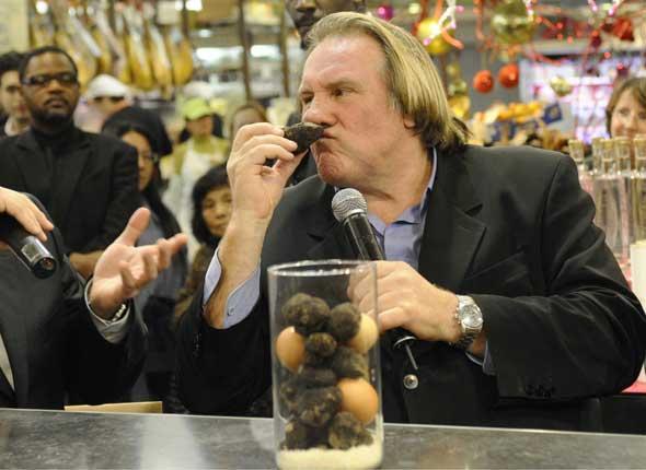 Gerard Depardieu no se pudo aguantar y que se hace en el pasillo del avión