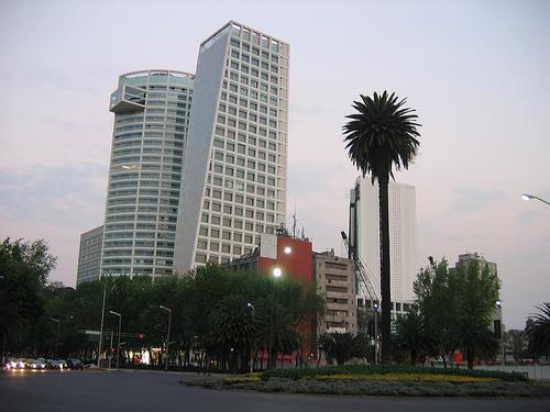 Se rompe domo de vidrio en Reforma 222