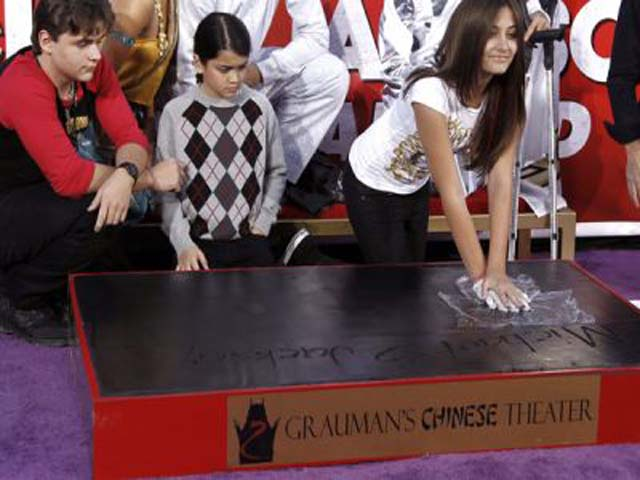Inmortalizan huellas de Michael Jackson en Hollywood