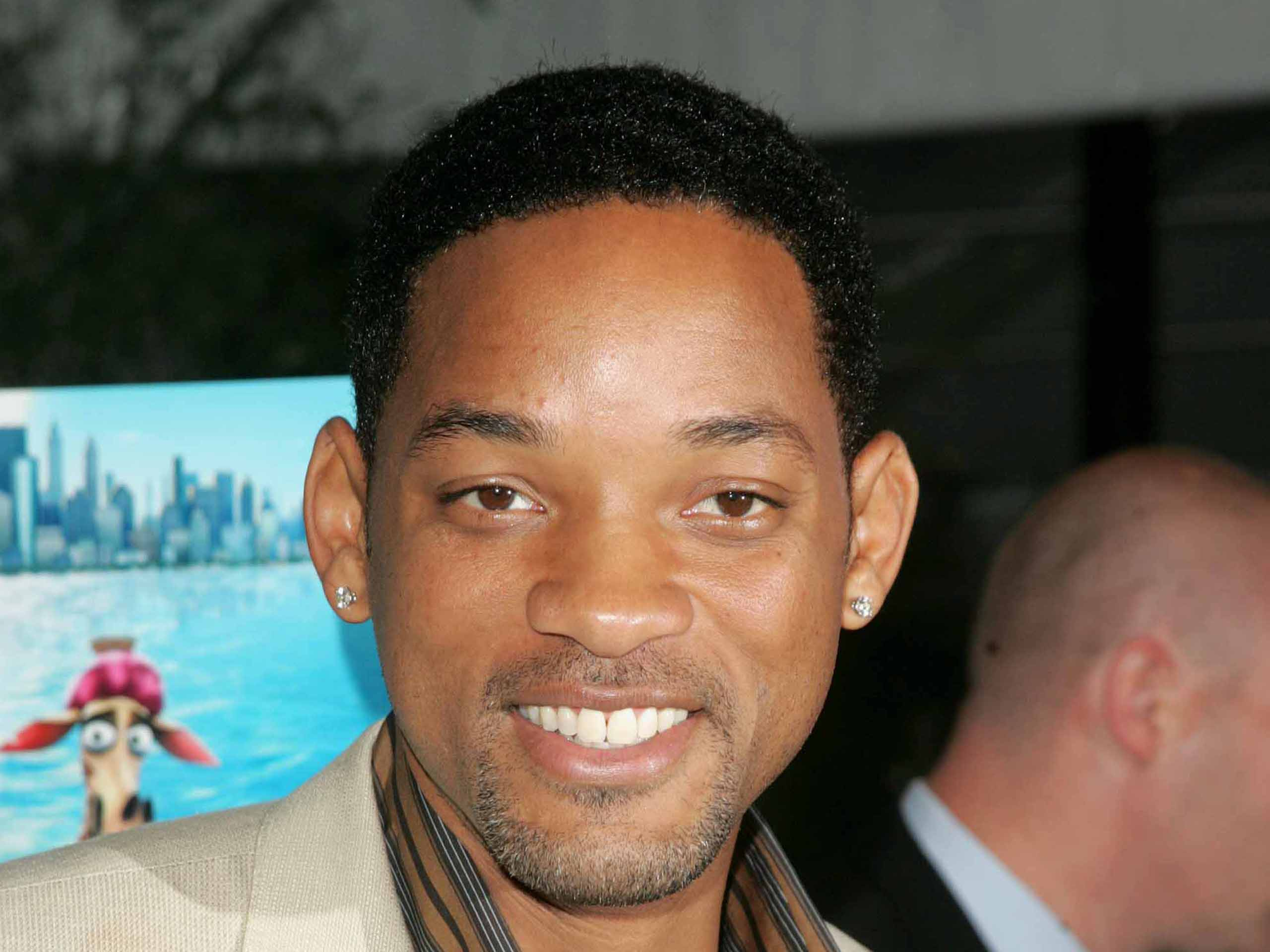 VIDEO: Will Smith cachetea a un reportero, por un beso