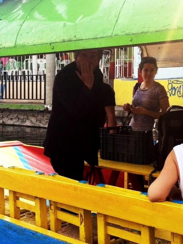 Y en la imagen del día... Tim Burton en Xochimilco