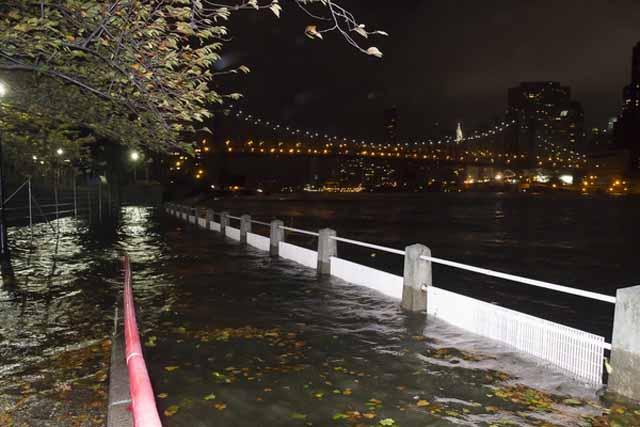 Sandy deja por lo menos 13 muertos, e inundaciones récord