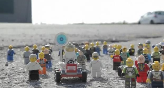 El salto de Felix Baumgartner de la misión Red Bull Stratos... pero en LEGO