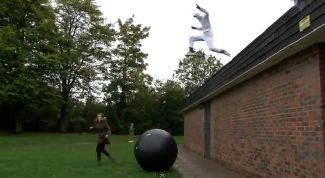 #EpicFail: Intenta imitar el salto de Felix Baumgartner y termina en el hospital