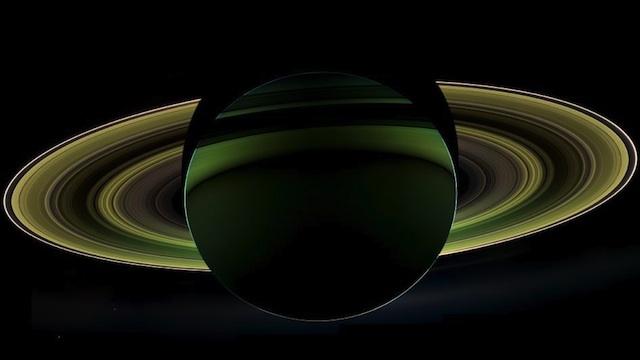 """La impresionante imagen del """"lado oscuro"""" de Saturno"""