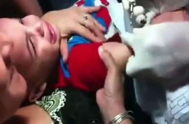 Madre obliga a su hijo de 3 años a tatuarse