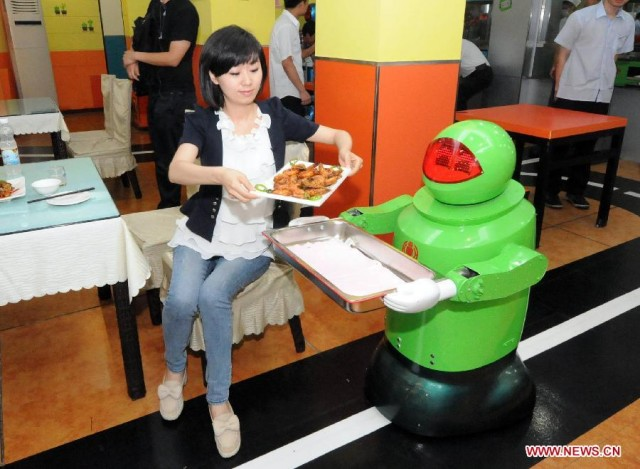 Restaurante usa robots como meseros