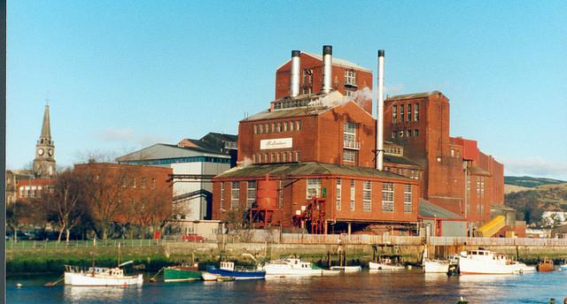 Vierten ¡18 mil litros de whisky! a un río de Escocia... accidentalmente
