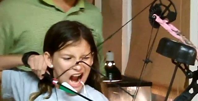 Video: amarra su diente a una flecha para arrancárselo