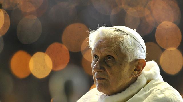 Un sacerdote quema una foto de Benedicto XVI en plena misa