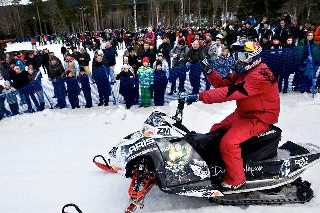 Increíble salto en una moto de nieve