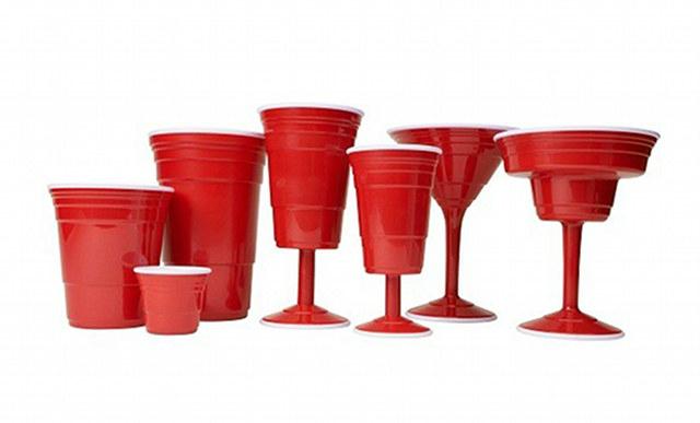 Para continuar la fiesta... ¡el set de copas y vasos rojos!