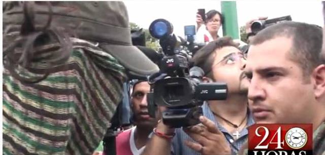 Reportero de Televisa parodia entrevista a encapuchado de Rectoría
