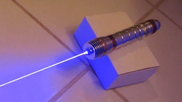 Nerdgasmo: Crean una espada láser de verdad