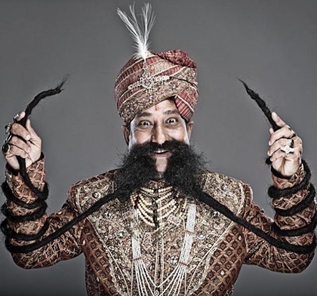 El hombre con el bigote más largo del mundo