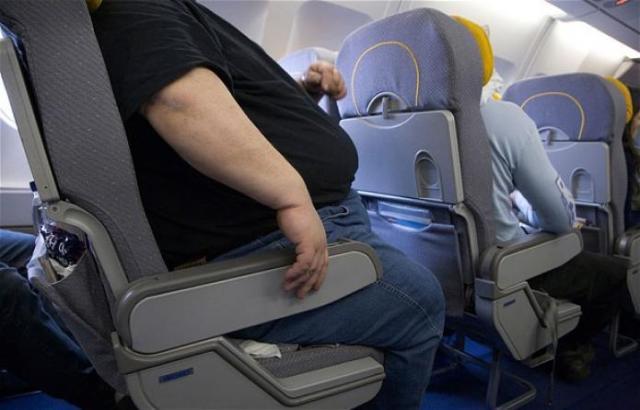 Bajan a un hombre de un avión por exceso de... ¿gordura?