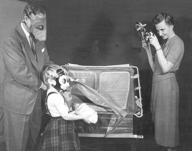 Durante la guerra, los niños se divertían con máscaras de gas de Mickey Mouse