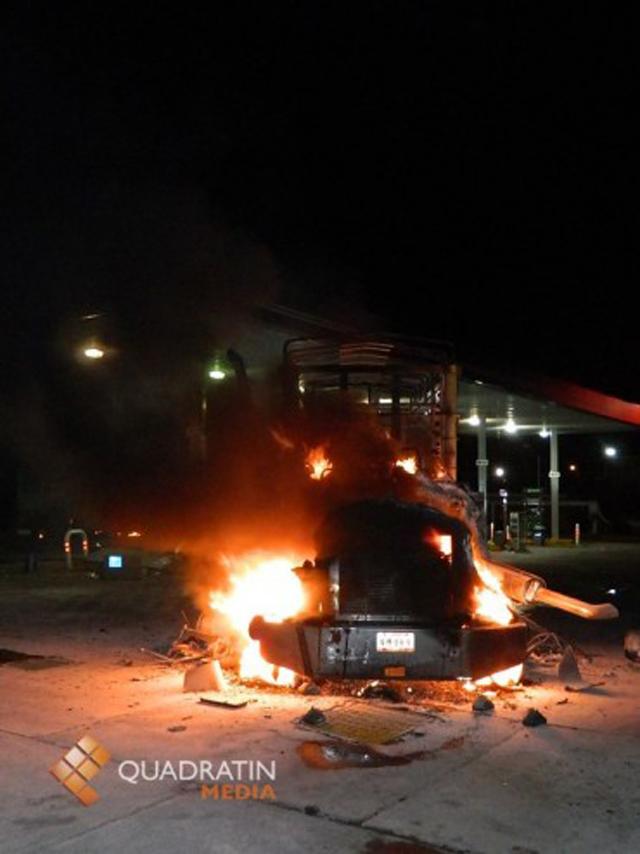 Grupo armado incendia gasolinera en Michoacán