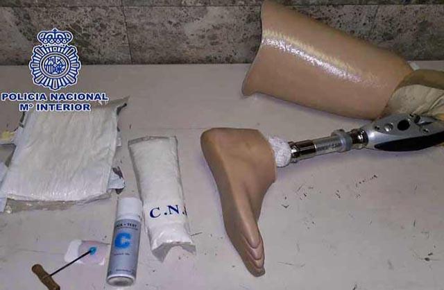 Lo cacharon pasando droga en su prótesis