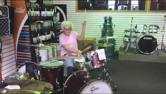 Video: Abuelita rockera