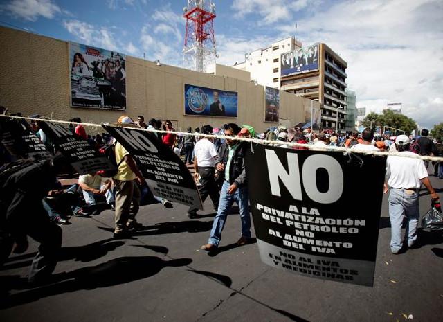 La CNTE se manifiesta frente a Televisa, SEP y BMV