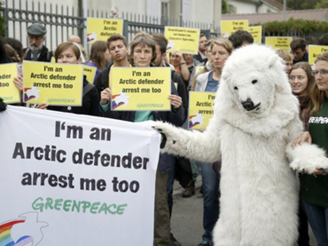 Estarán 2 meses en arresto preventivo manifestantes de Greenpeace en Rusia